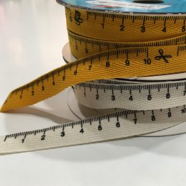 pendientedeunhilo-cinta-metrica-decorativa-amarilla-blanca